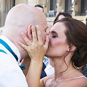 Küssendes Hochzeitspaar Aline und Daniel